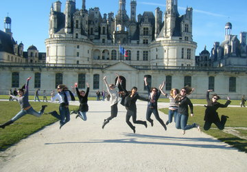 Stanford students jumping in front of chateau de la Loire